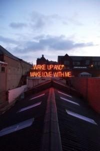 Foto Canzoni d'amore al neon: le scritte accese sui tetti - 1 di 15 - Repubblica.it