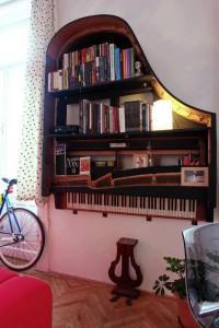 Piano bookshelf | Recyclart