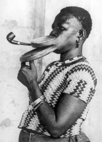Bijzondere lippen: extra lange pijp / Extended mouthpiece for pipe smoking woman with special lips | Flickr - Photo Sharing!
