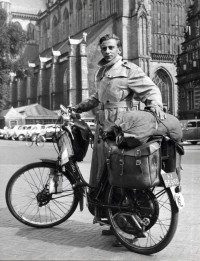 Wereldreiziger vóór vertrek / Globe-trotter Willink with his overloaded moped | Flickr - Photo Sharing!