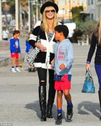 Monochrome madness: Heidi Klum tries out a fashion-forward new look for a family brunch | Mail Online