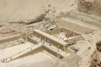 adosse-a-la-montagne-austere-a-deir-el-bahari-le-temple-funeraire-d-hatchepsout.jpg (700×467)