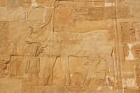 la-deesse-hathor-nourissant-la-reine-pharaon-hatchepsout-700-92829.jpg (700×467)