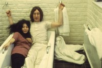 yoko-ono-lies-in-a-bathtub-with-john-lennon-in-the-late-1960s-pic-getty-64171029-95953.jpg (615×409)