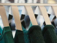 cliq clothing hangers replace hooks with earth magnets on Vimeo