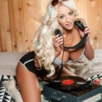 Nicolette Shea Listens To Tunes In The Nude - Babehub.eu