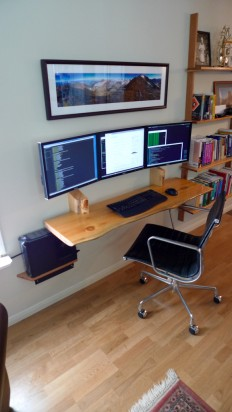 Hanging desk and computer monitors on Inspirationde