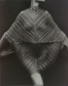 1990 - Wrapped Torso - To show off this dress by Issey Miyake, Herb Ritts selected a dark backdrop and had model Karen Alexander adopt a ballet-lik… | Pinterest