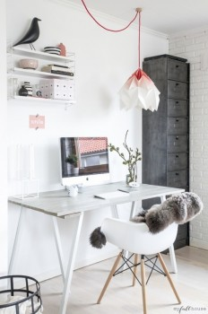 A living room workspace with a great light fixture on Inspirationde