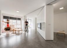 Sliding wall partitions for a adaptable home: La Casa de Maria José y Enrique