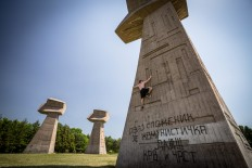 andy day documents parkour practice on architectural war monuments