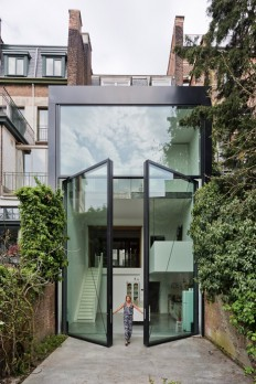 "Sculp IT adds ""world's largest pivoting window"" to a townhouse on Inspirationde"