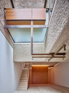 Amin Taha reconfigures London home around lightwells and a spiral stair on Inspirationde