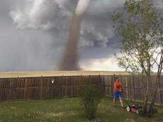 man-mowing-lawn-tornado.jpg (1000×750)