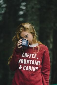 Coffee, Mountains & Cabins Sweatshirt on Inspirationde