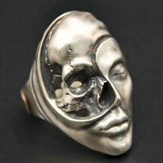 """Holy Buyble sanoo Instagramissa: """"A striking Yin Yang Skull Ring made in zen harmony. The life and death intricately intertwined in this unique piece, the stark contrast…"""""""