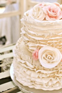 wedding ideas / Beautiful vintage looking ruffled wedding cake.