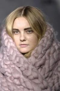 écharpe en laine / une énorme écharpe en énorme laine